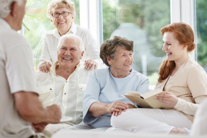 Uśmiechnięta pielęgniarka chwytów książka fotografia royalty free