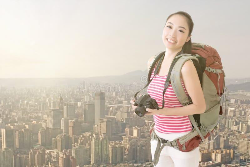 Uśmiechnięta podróżna Azjatycka dziewczyna obrazy stock