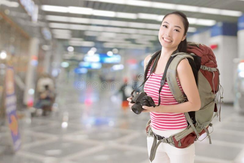Uśmiechnięta podróżna Azjatycka dziewczyna zdjęcie royalty free