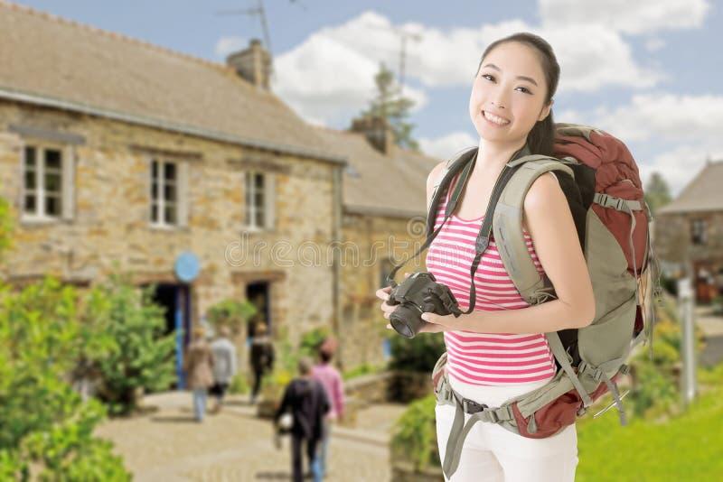 Uśmiechnięta podróżna Azjatycka dziewczyna obraz stock