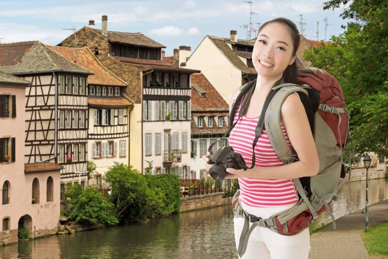 Uśmiechnięta podróżna Azjatycka dziewczyna fotografia royalty free