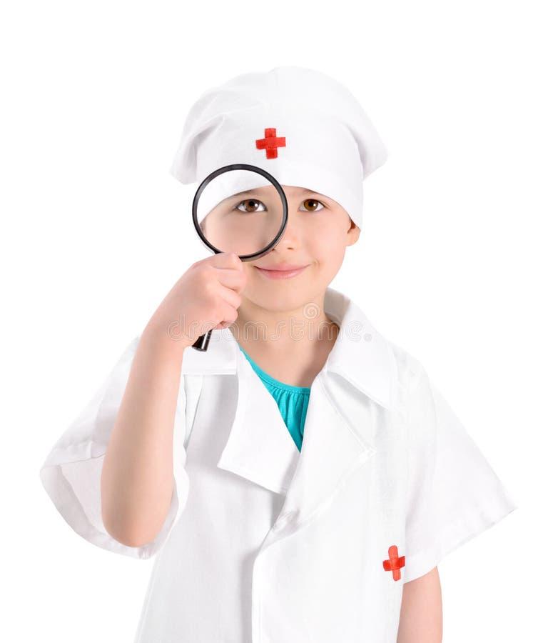 Uśmiechnięta potomstwo pielęgniarka z powiększać - szkło zdjęcie stock