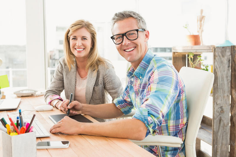 Uśmiechnięta projekt drużyna pracuje z digitizer zdjęcie royalty free