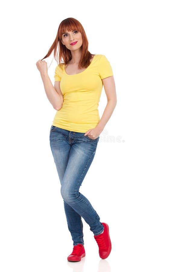 Uśmiechnięta Przypadkowa młodej kobiety pozycja I Marzyć, Patrzeje Oddalony zdjęcie stock