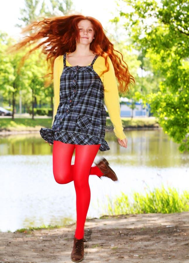 Uśmiechnięta redhaired dziewczyna, outdoors zdjęcie stock