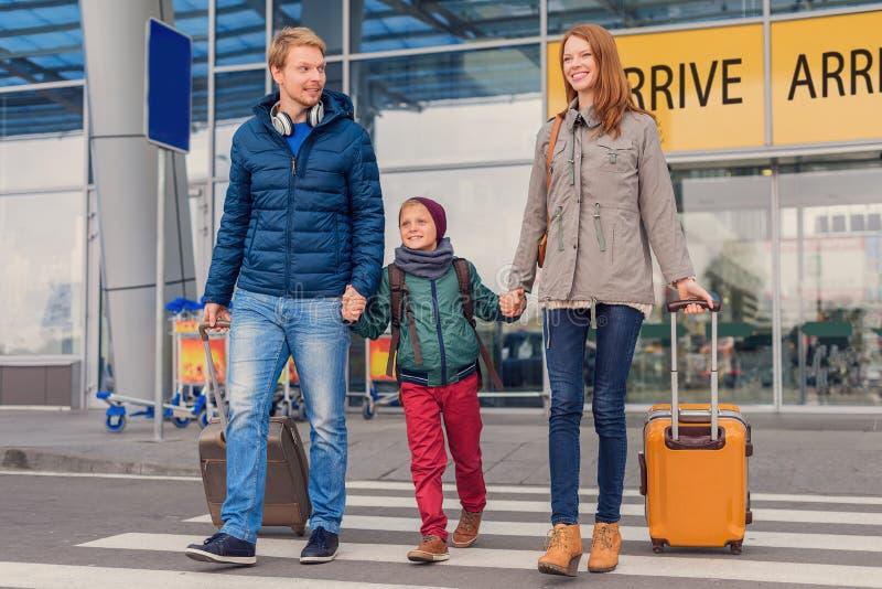 Uśmiechnięta rodzina z dzieckiem przy lotniskiem zdjęcia stock
