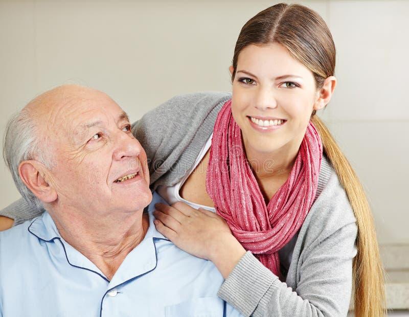 Uśmiechnięta rozszerzona opieka z seniorem zdjęcia royalty free