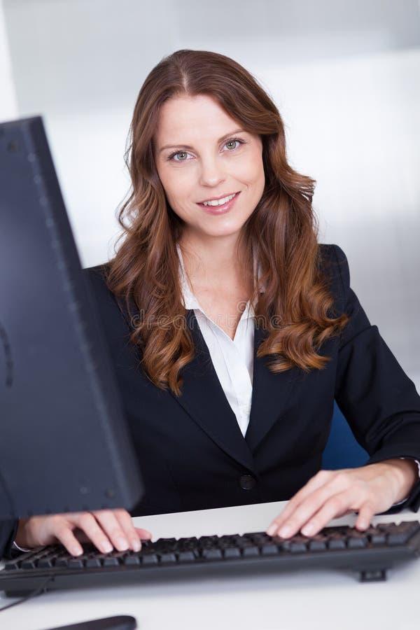 Uśmiechnięta sekretarka lub asystent osobisty zdjęcia royalty free