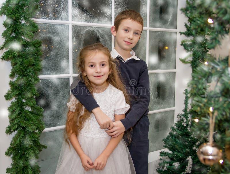Uśmiechnięta siostra i brat w zimy studiu fotografia royalty free