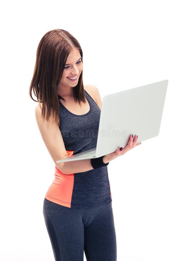 Uśmiechnięta sprawności fizycznej kobieta używa laptop fotografia stock