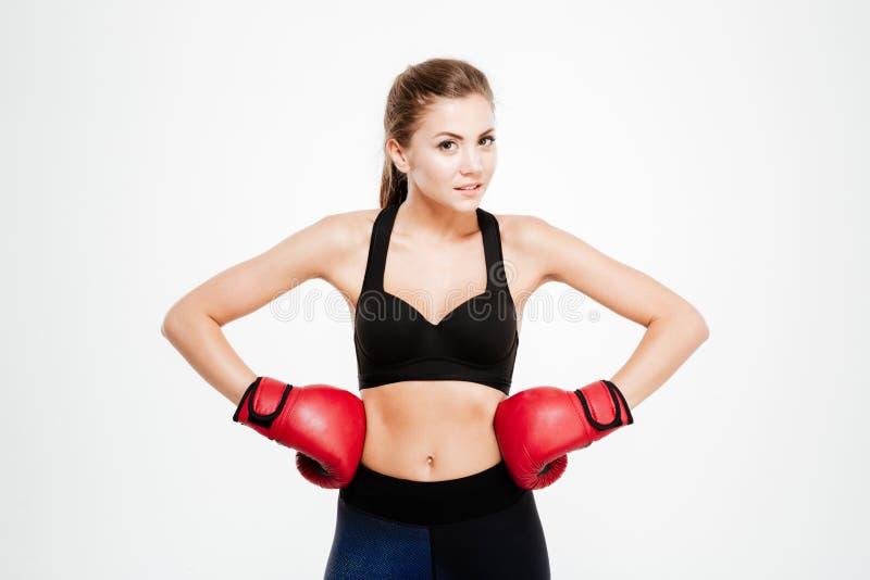 Uśmiechnięta sprawności fizycznej kobieta w bokserskich rękawiczkach zdjęcie stock