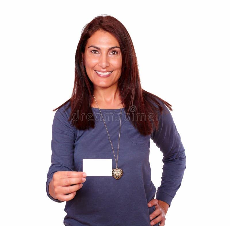 Uśmiechnięta starsza kobieta trzyma up pustą kartę zdjęcia royalty free