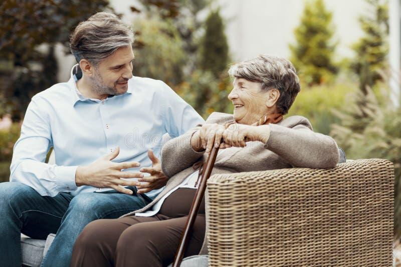 Uśmiechnięta starsza kobieta z chodzącym kijem obrazy royalty free