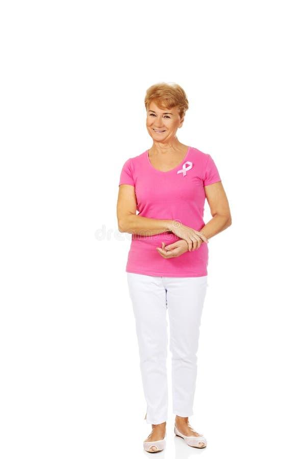 Uśmiechnięta starsza kobieta z nowotwór piersi świadomości faborkiem obraz royalty free