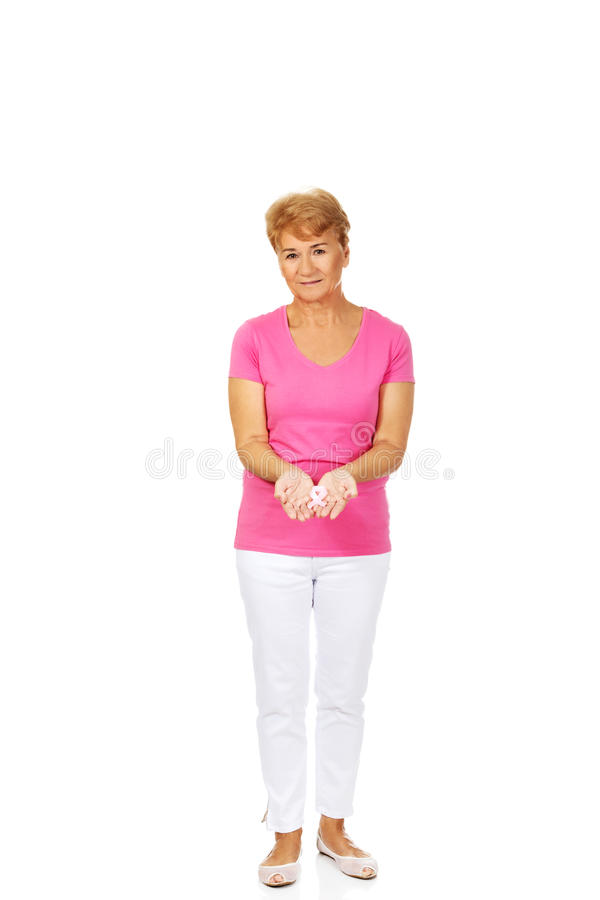 Uśmiechnięta starsza kobieta z nowotwór piersi świadomości faborkiem zdjęcie royalty free