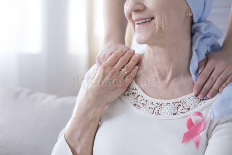 Uśmiechnięta starsza kobieta z nowotworem fotografia stock