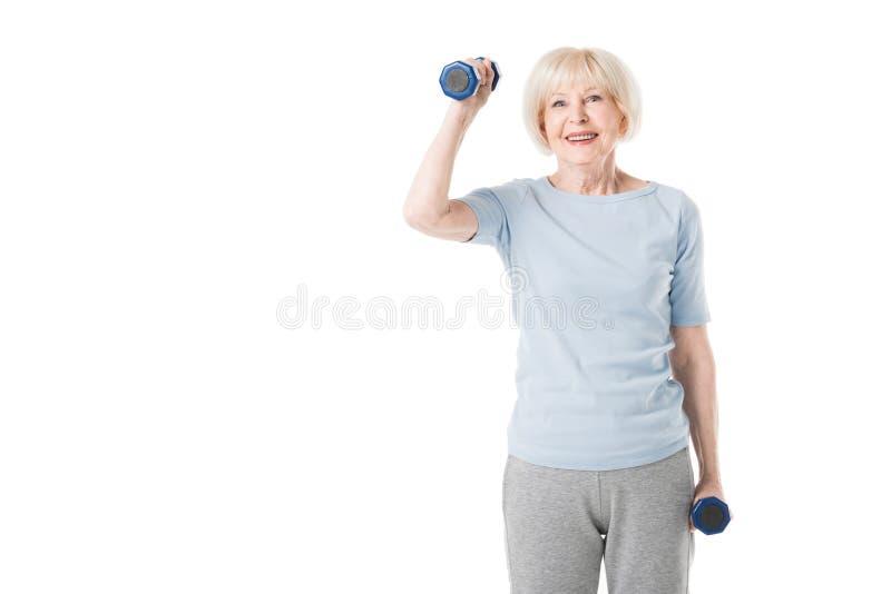 Uśmiechnięta starsza sportsmenka z dumbbells w rękach obraz stock