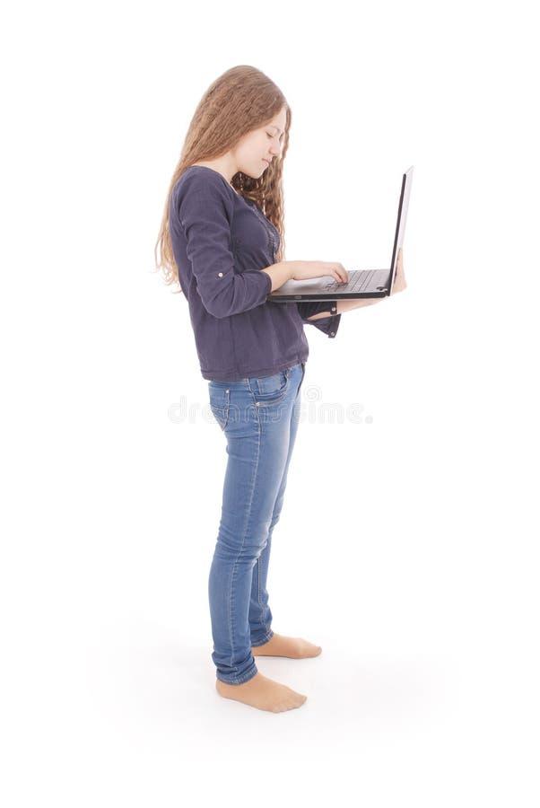 Uśmiechnięta studencka nastoletnia dziewczyna z laptopem zdjęcia stock