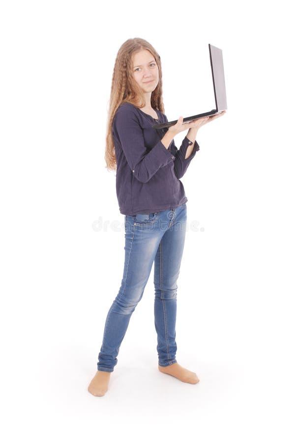 Uśmiechnięta studencka nastoletnia dziewczyna z laptopem obraz stock