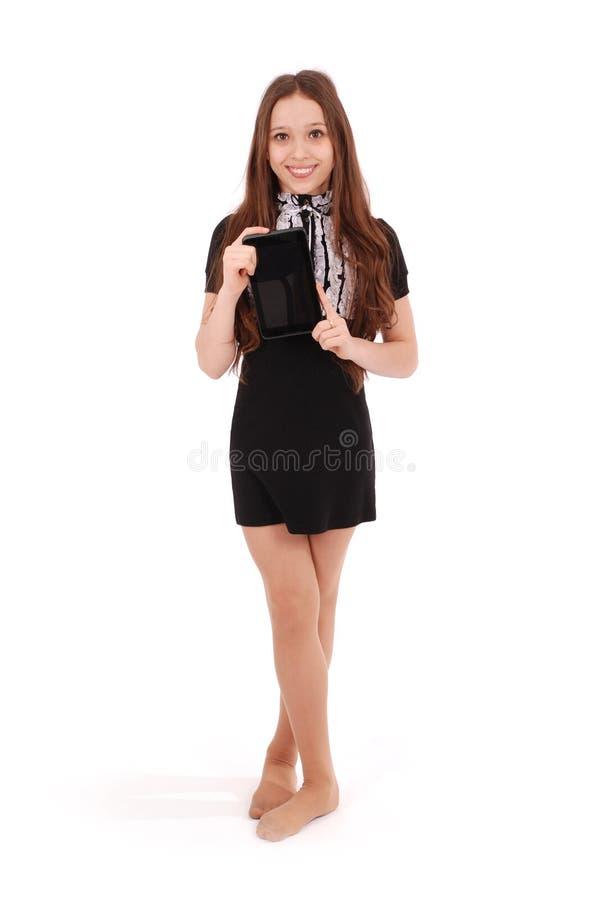 Uśmiechnięta studencka nastoletnia dziewczyna z pastylka komputerem osobistym zdjęcia royalty free