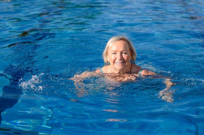 Uśmiechnięta szczęśliwa aktywna starsza kobieta obrazy royalty free