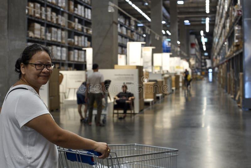 Uśmiechnięta szczęśliwa Azjatycka kobieta cieszy się zakupy obrazy royalty free