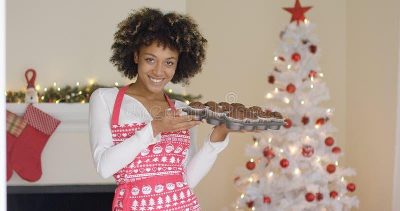 Uśmiechnięta szczęśliwa kobieta z tacą świezi muffins zdjęcia royalty free