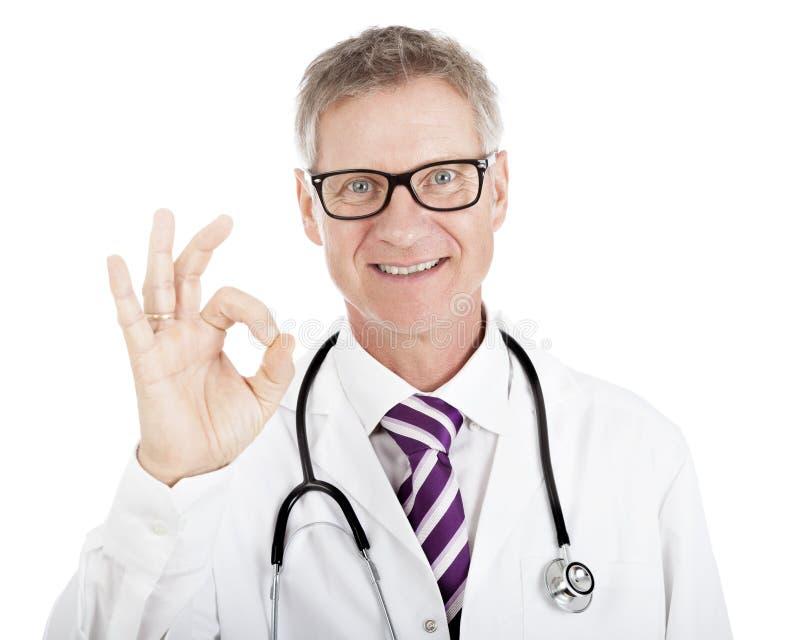 Uśmiechnięta szczęśliwa lekarka daje perfect gestowi zdjęcia royalty free