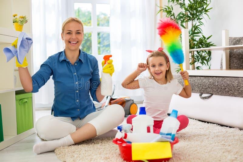 Uśmiechnięta szczęśliwa matka i jej córka przygotowywający izbowy cleaning obrazy royalty free