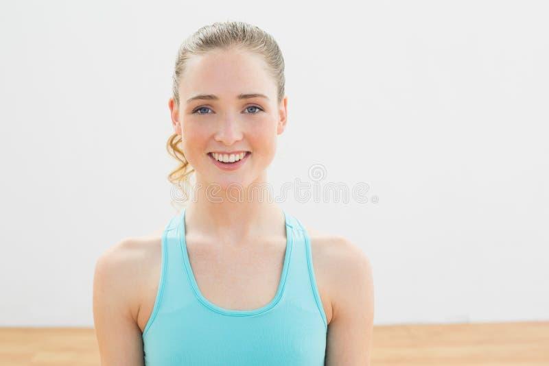 Uśmiechnięta szczupła blondynka patrzeje kamerę obraz royalty free