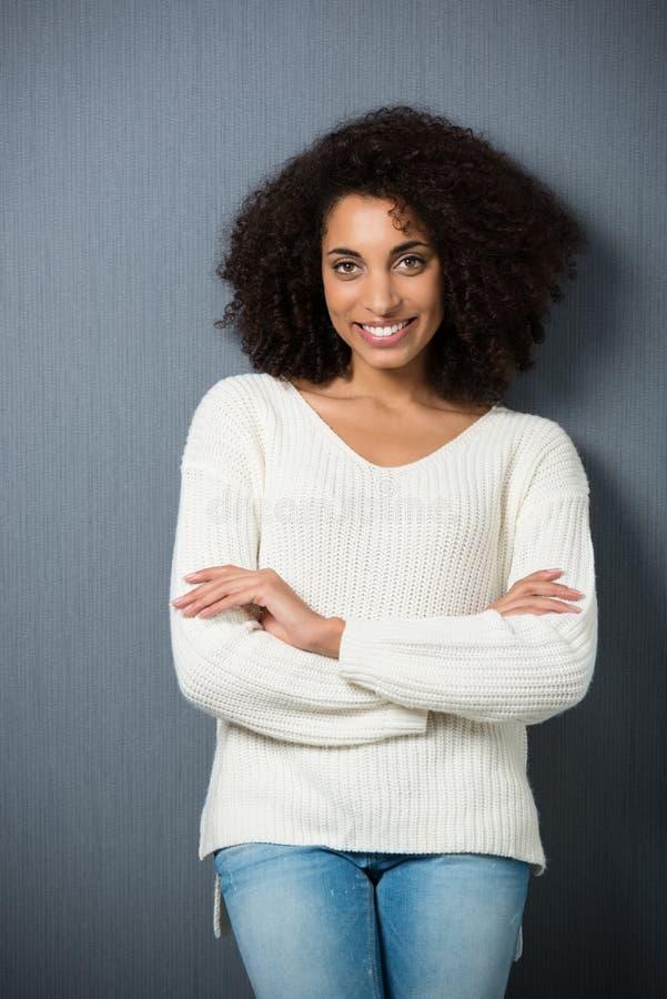 Uśmiechnięta ufna amerykanin afrykańskiego pochodzenia kobieta obraz stock