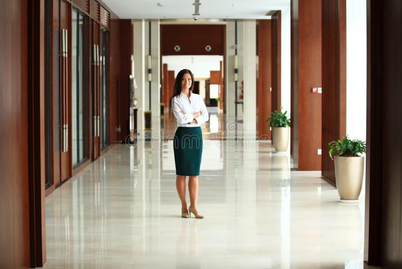 Uśmiechnięta ufna biznesowa kobieta patrzeje kamerę zdjęcie royalty free