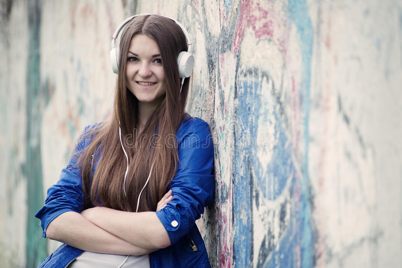Uśmiechnięta ufna młoda kobieta słucha muzyka obraz royalty free