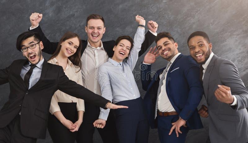 Uśmiechnięta wieloetniczna grupa ma zabawę i pozować zdjęcia stock