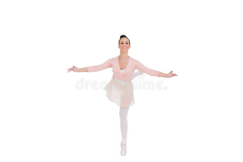Uśmiechnięta wspaniała baleriny pozycja w pozie fotografia royalty free
