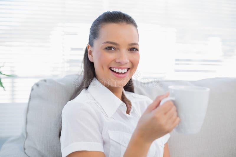Uśmiechnięta wspaniała kobiety mienia kawa obrazy royalty free
