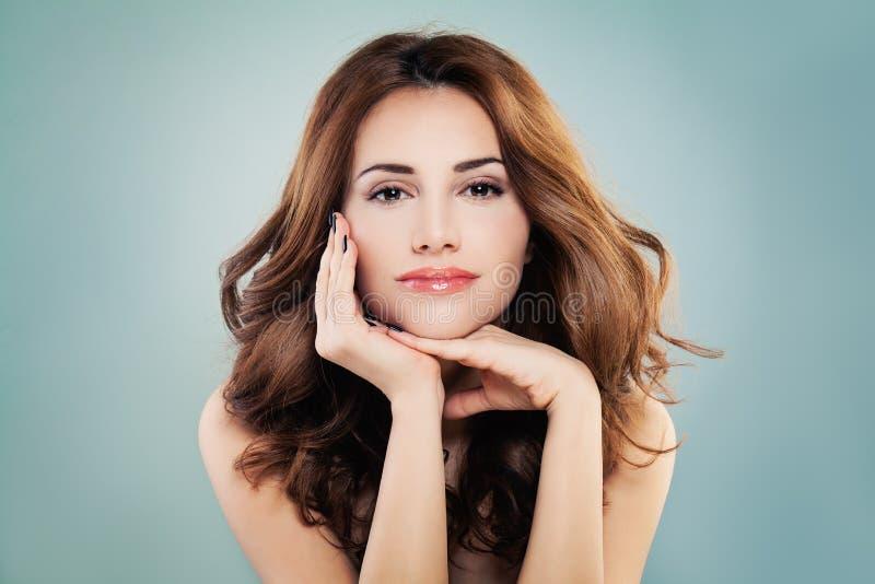 Uśmiechnięta Wzorcowa kobieta z Perfect skórą i Czerwoną Kędzierzawą fryzurą obrazy royalty free