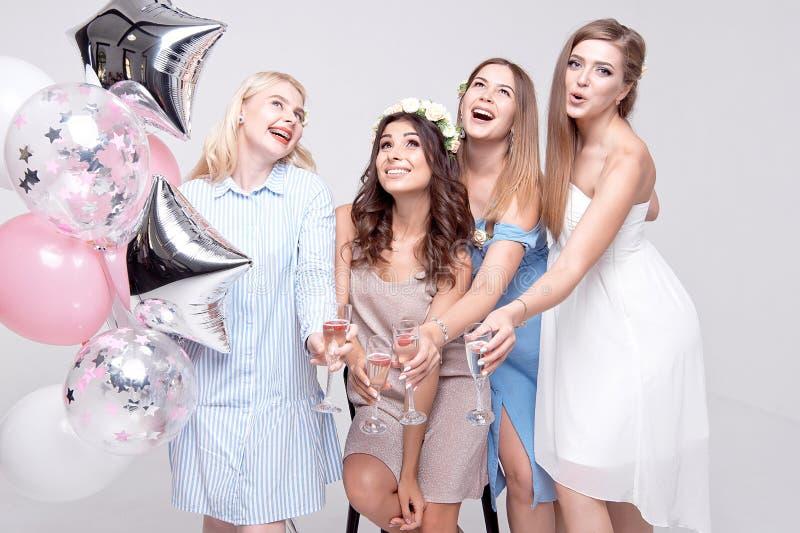 Uśmiechnięte dziewczyny ma zabawy odświętności bachelorette przyjęcia zdjęcie stock