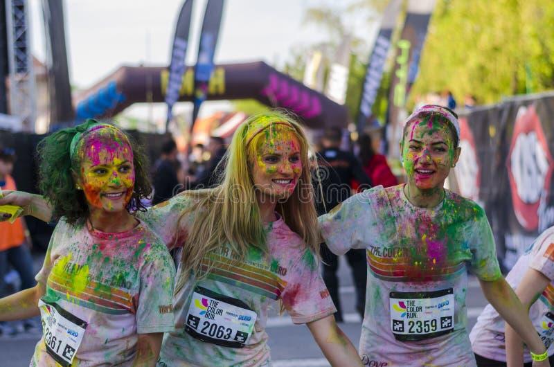 Uśmiechnięte dziewczyny przy koloru bieg Bucharest zdjęcia royalty free