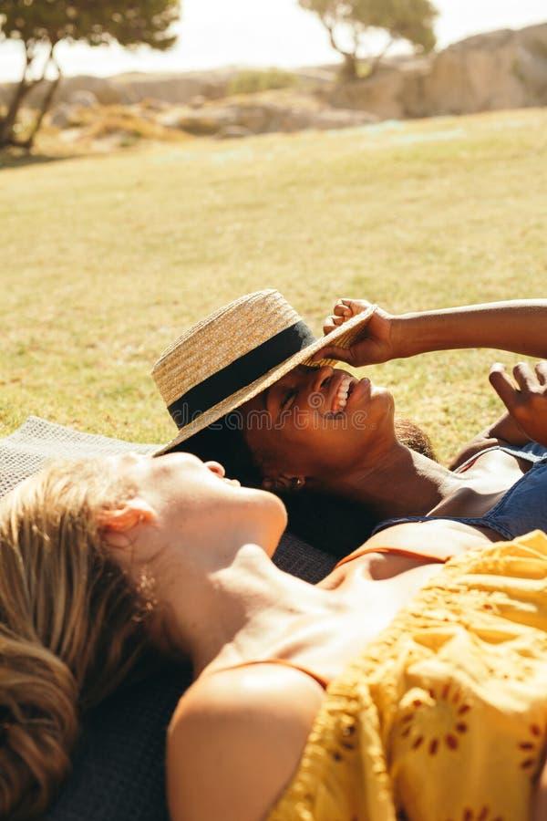 Uśmiechnięte kobiety kłama w parku zdjęcia stock