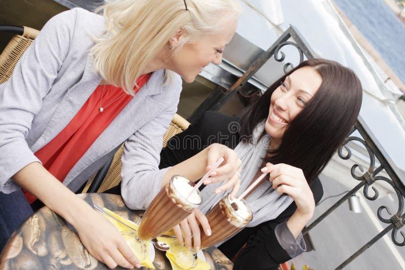 Uśmiechnięte kobiety pije kawę zdjęcie stock