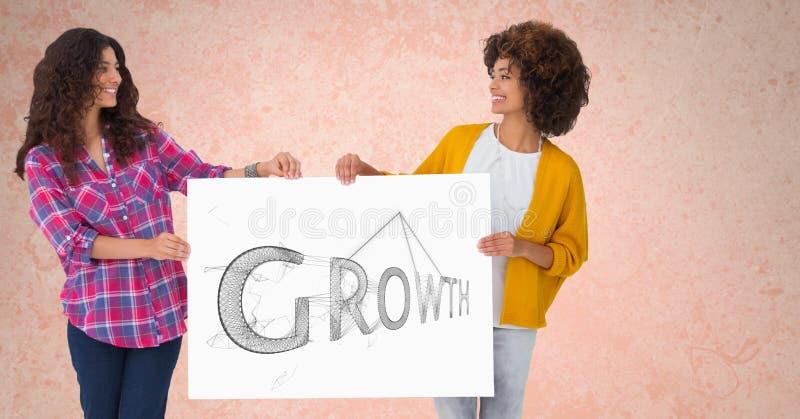 Uśmiechnięte kobiety trzyma billboard z wzrostowym tekstem przeciw brzoskwini tłu zdjęcia stock