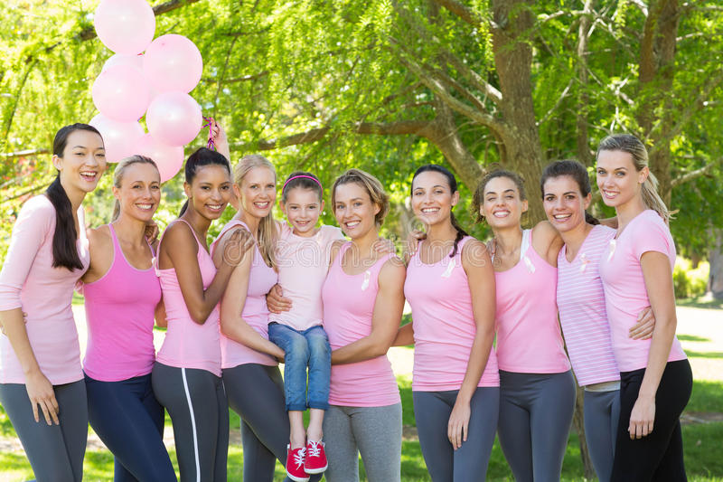 Uśmiechnięte kobiety w menchiach dla nowotwór piersi świadomości fotografia stock