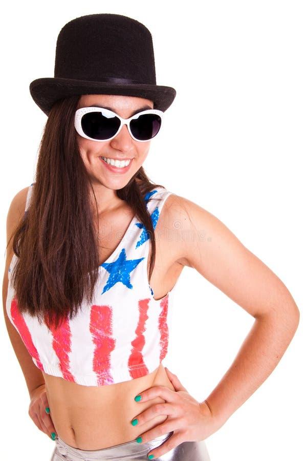Download Uśmiechnięte Kobiety Z Kapeluszem I Okularami Przeciwsłonecznymi Odizolowywającymi Na Białym Tle Zdjęcie Stock - Obraz złożonej z brunetka, osoba: 53785674