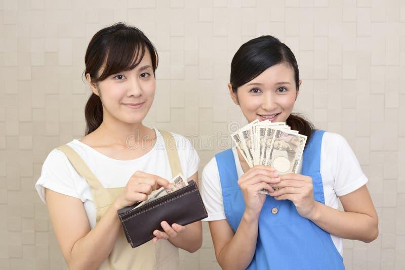 Uśmiechnięte kobiety z pieniądze zdjęcia royalty free