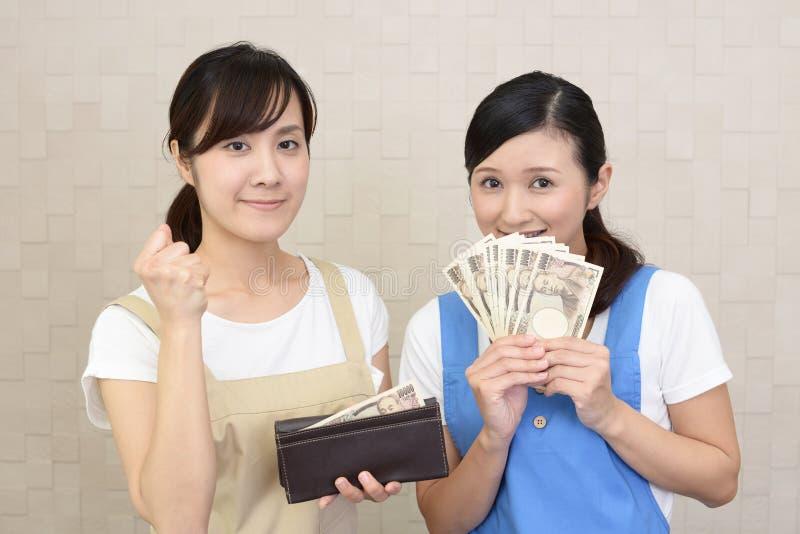 Uśmiechnięte kobiety z pieniądze zdjęcie stock