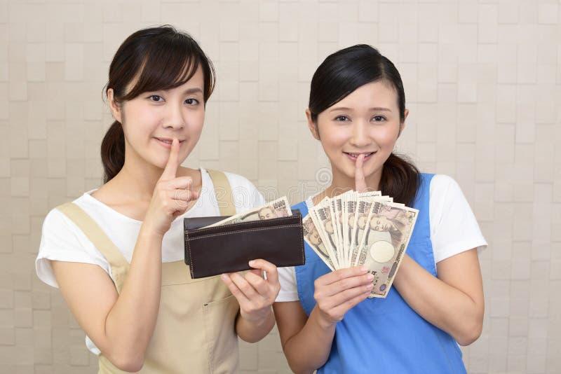 Uśmiechnięte kobiety z pieniądze fotografia stock