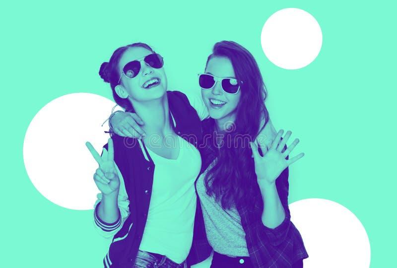 Uśmiechnięte nastoletnie dziewczyny w okularach przeciwsłonecznych ma zabawę zdjęcie stock