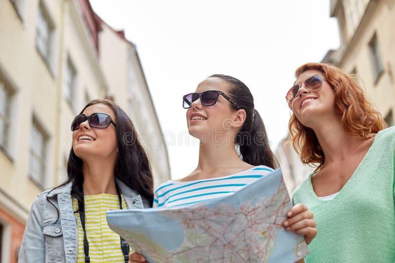 Download Uśmiechnięte Nastoletnie Dziewczyny Z Mapą I Kamerą Outdoors Zdjęcie Stock - Obraz złożonej z obcokrajowowie, destination: 57655412
