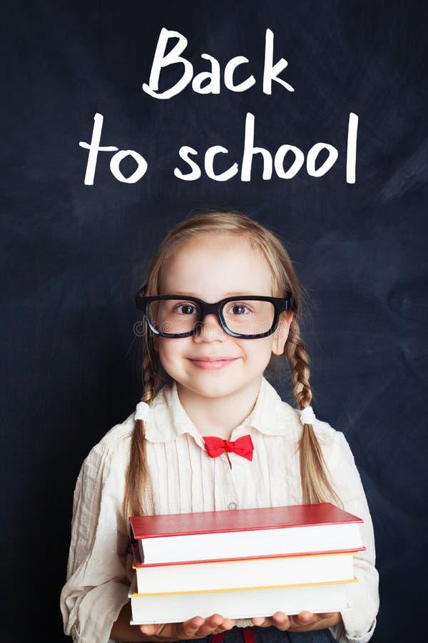 Uśmiechnięte piękne śliczne małej dziewczynki mienia książki zdjęcia stock